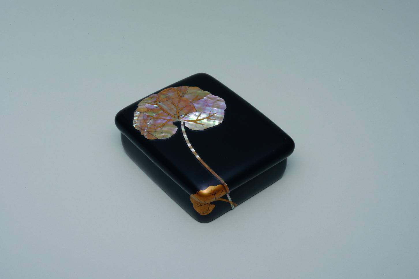 Kamisaka Sekka and Kamisaka Yūkichi, Tobacco box with design of lotus leaves