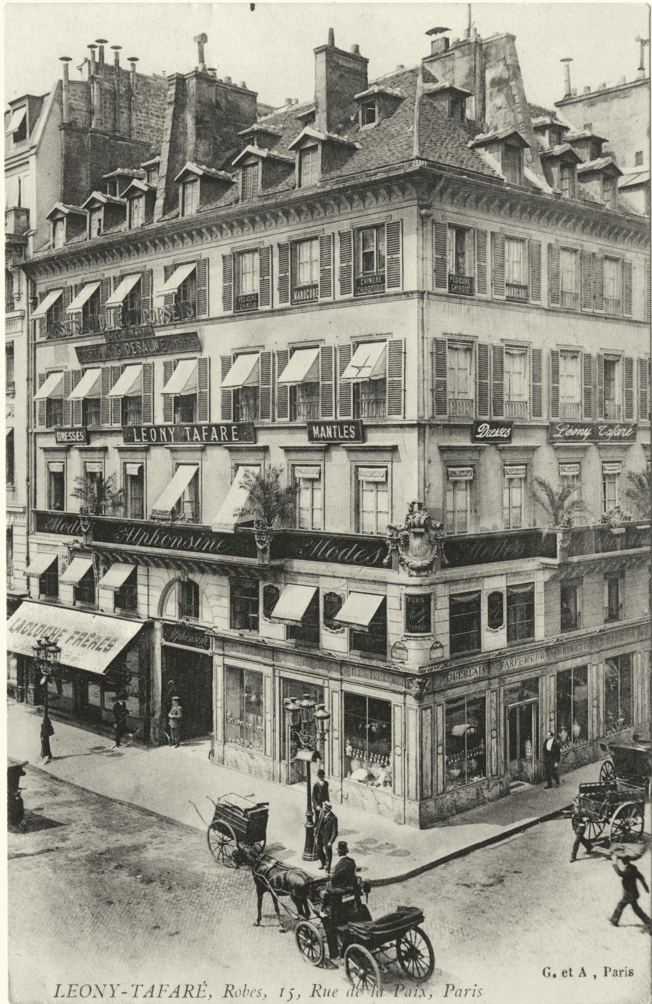 Carte_postale_illustrant_l'immeuble_du_15_rue_de_la_Paix_à_Paris_au_coin_de_la_rue_Daunou,_vers_1910.